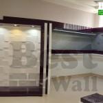 عکس نمای ویترین بوتیک طراحی شده با پانل دکوراتیو
